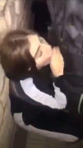 une jeune femme suce plusieurs renois dans la cave