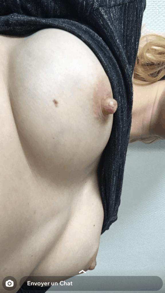 jeune blanche montre ses seins