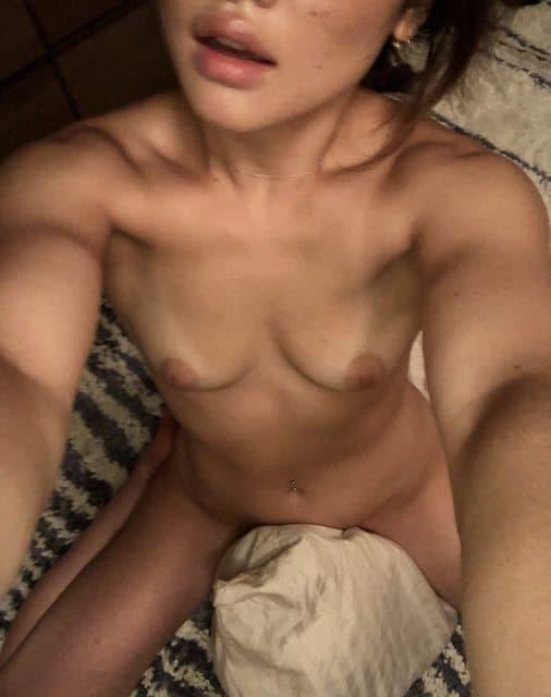 japonaise nue se masturbe avec son oreiller