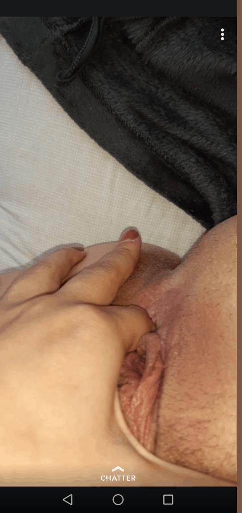 un doigt dans sa petite chatte