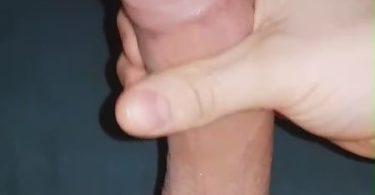 homme se branle la bite rasée