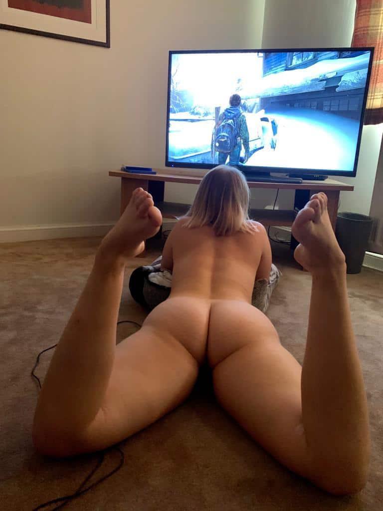 meuf chaude nue entrain de jouer aux jeux vidéos