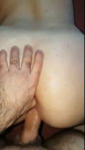 doigt dans le cul d'une beurette pendant la levrette