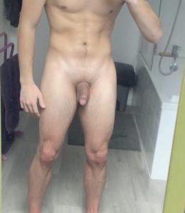 homme français nu et musclé debout
