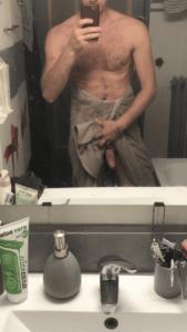 jeune homme nu après une douche