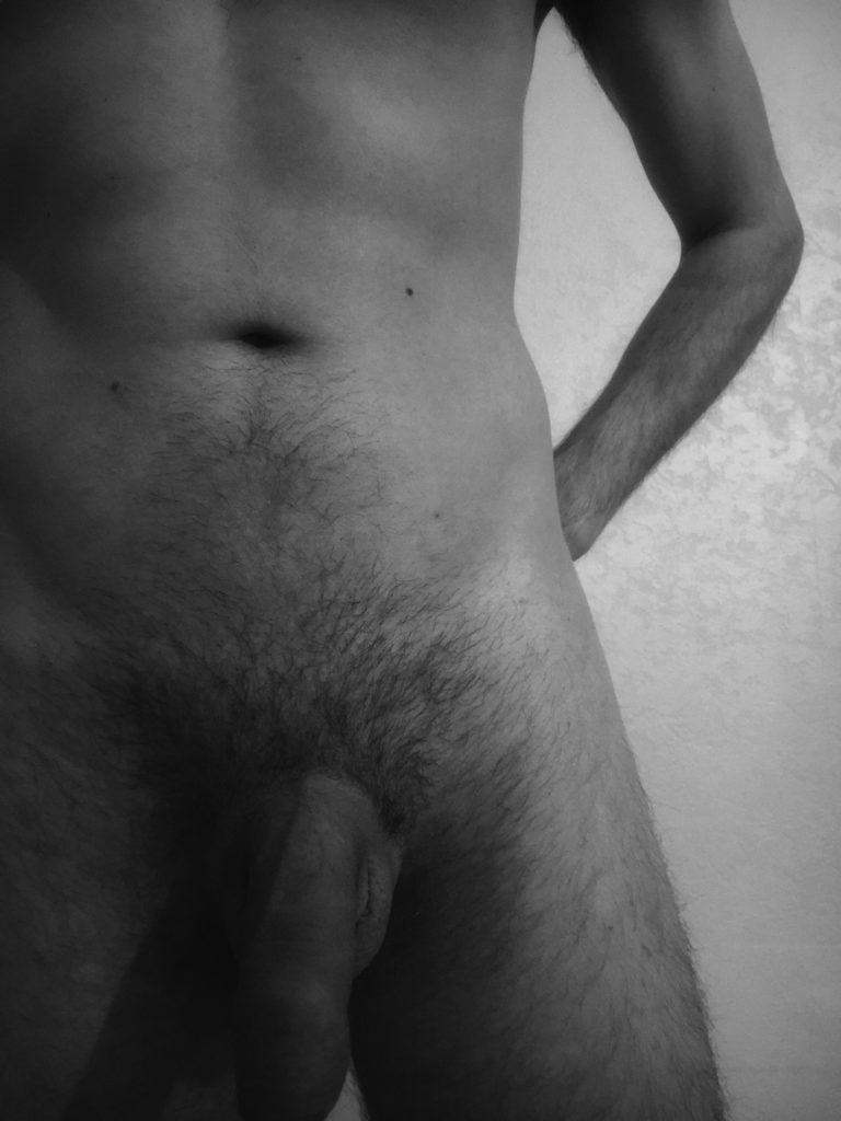 homme nu en noir et blanc