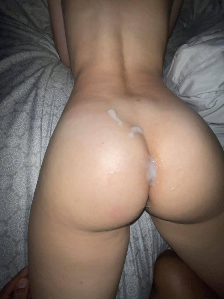 sperme sur son cul