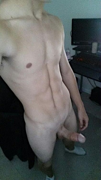 jeune homme bien foutu nu
