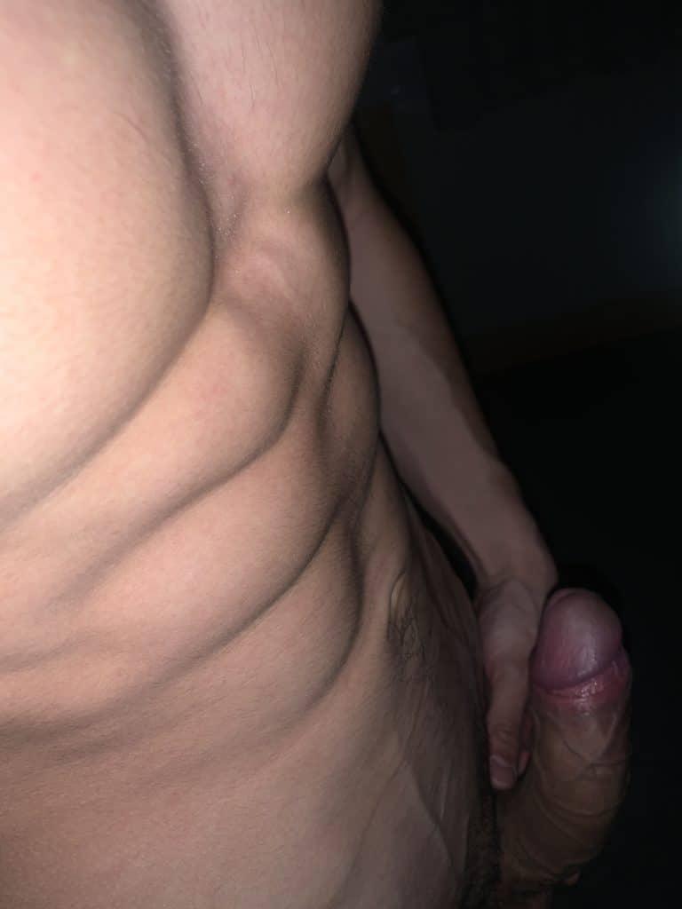 jeune homme sexy montre sa bite en érection