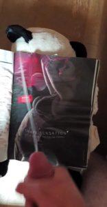 grosse éjaculation sur un magazine