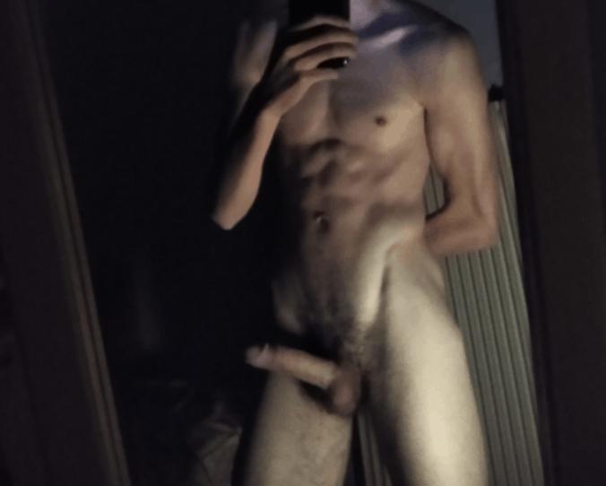 jeune homme debout musclé nu