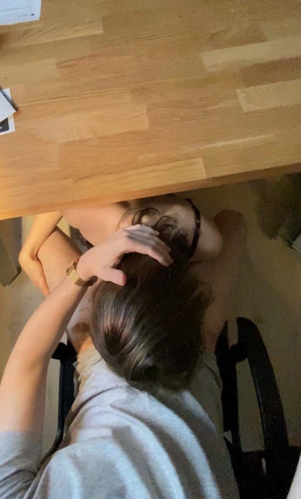 jeune suceuse sous le bureau