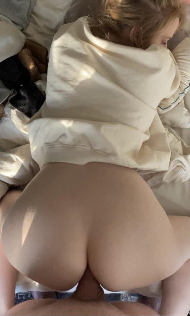 belle blonde se prend une bite dans ses grosses fesses