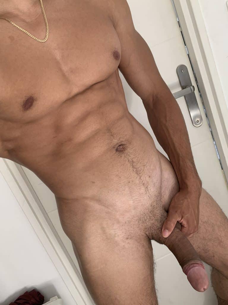 grand homme bronzé nu