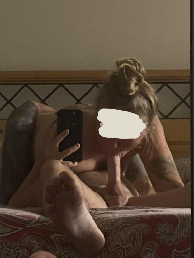 jeune femme suce la bite de son homme