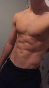 jeune homme musclé dans une snap nude