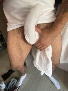 grosse queue moulée sous le t-shirt
