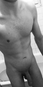 homme nu après une douche