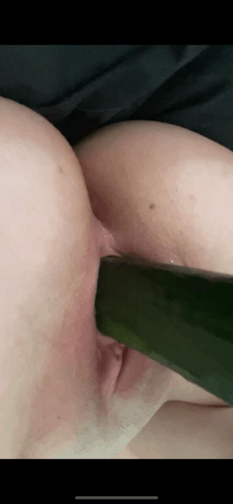 jeune femme se met un concombre dans la chatte