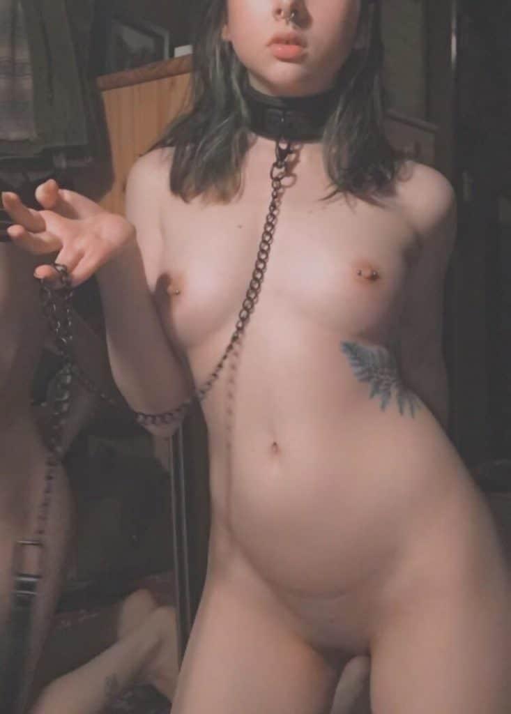 jeune femme soumise en tenue bdsm